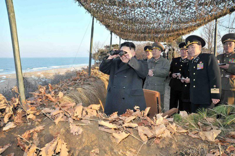 Высший руководитель КНДР Ким Чен Ын наблюдает за ходом военных учений