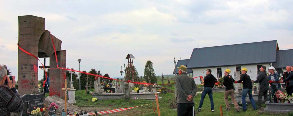 Власти села Гружовицы санкционировали снос памятника «героям» УПА на местном кладбище.