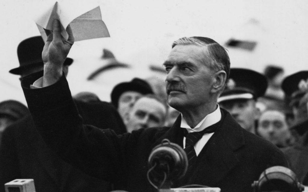 Чемберлен прилетел в Лондон после Мюнхена — ''Я привез вам мир''