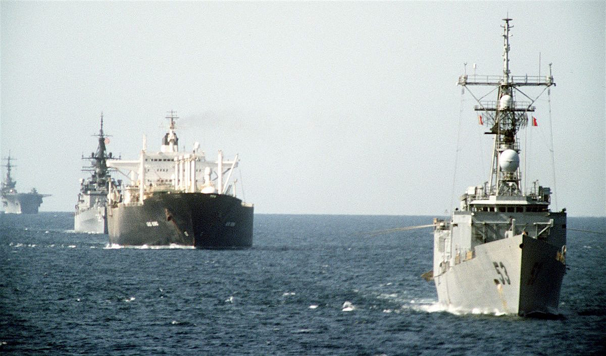 Американские корабли сопровождают танкер в Персидском заливе, 1987 год.