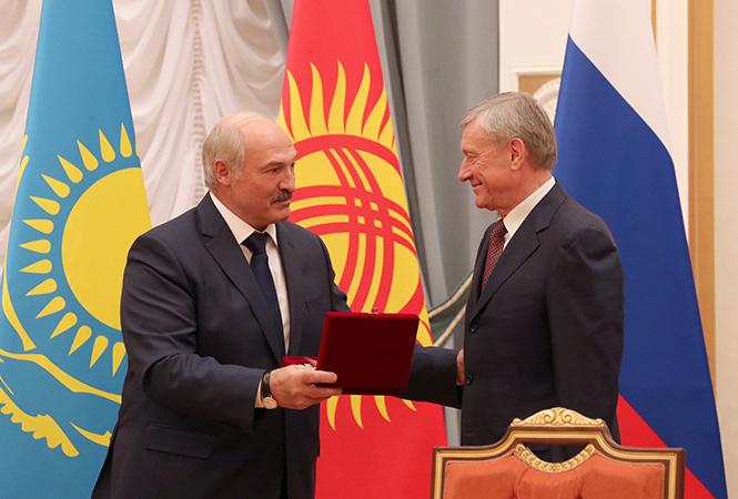 Александр Лукашенко вручает награду Николаю Бордюже