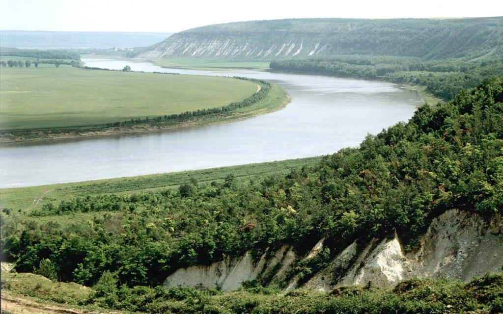 Река Днестр разграничивает своими водами Молдову и Приднестровье
