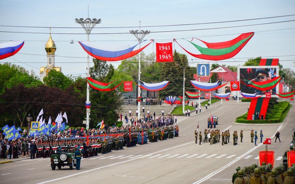 Военный парад в Тирасполе, столице Приднестровья. Над площадью им. А. В. Суворова развеваются государственные флаги ПМР и РФ