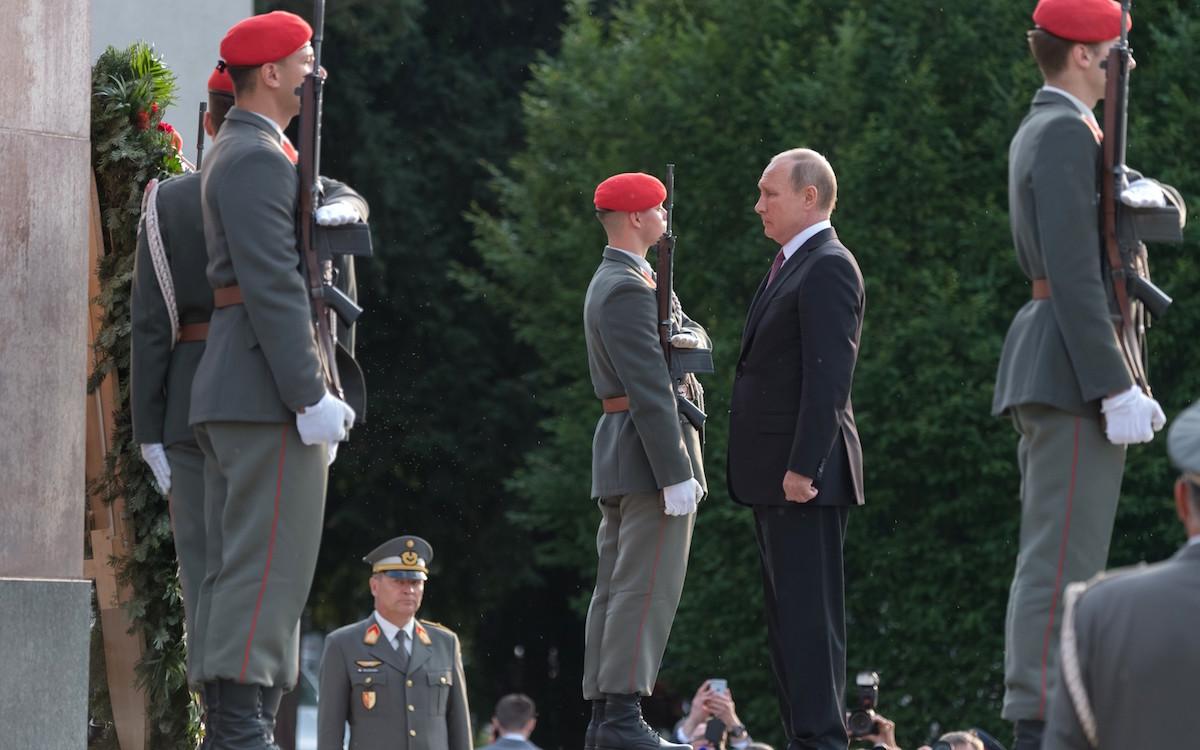 Фото www.kremlin.ru: В.Путин. Возложение венка к памятнику советским воинам-освободителям в Вене