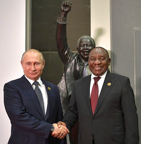 Владимир Путин и президент ЮАР Джейкоб Зума на фоне бюста Нельсона Манделы