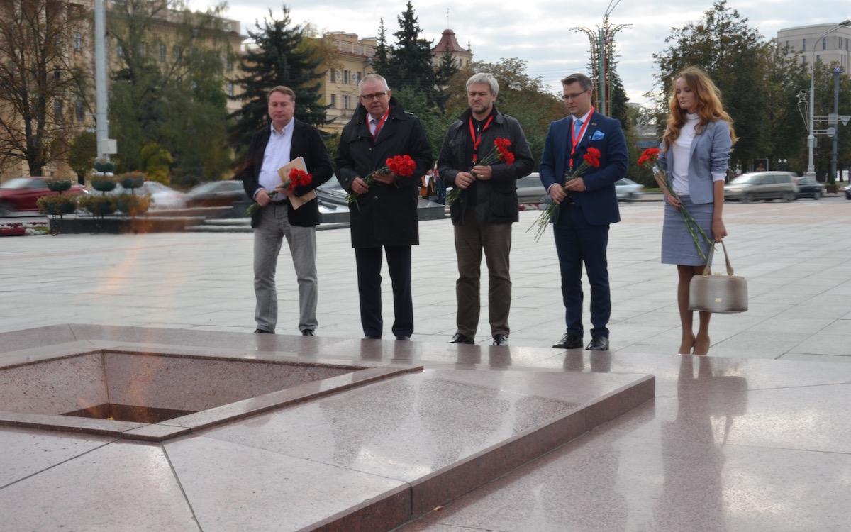 Евразия.DOC. Возложение цветов к вечному огню монумента Победы в Минске