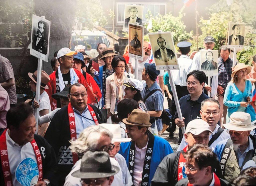 Торжественное шествие по улице Путятина в Японии