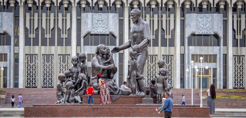 Ташкент. Памятник семье Шамахмудовых, приютивших в годы Великой Отечественной войны 15 эвакуированных детей