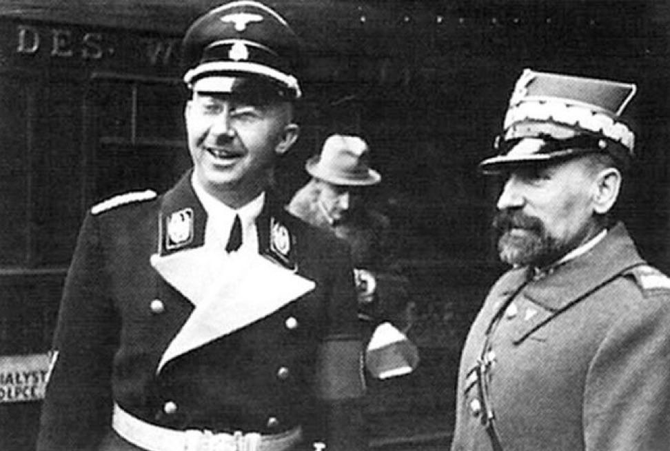 Рехсфюрер ССР Генрих Гиммлер во время визита в Польшу в 1938 году. Рядом с ним начальник польской государственной полиции генерал Кордиан Заморский