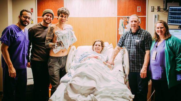 СесильЭледж – по центру. Слева– её сын со своим супругом и новорожденной дочерью-внучкой на руках.