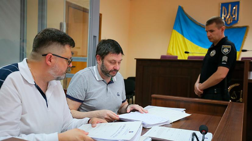 Кирилл Вышинский (второй слева) и его адвокат Андрей Доманский (слева) на заседании Подольского районного суда Киева РИА Новости