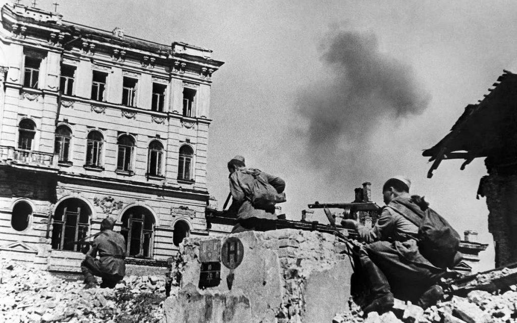Фото: А.Егоров. Советские автоматчики на улицах Харькова. 1943